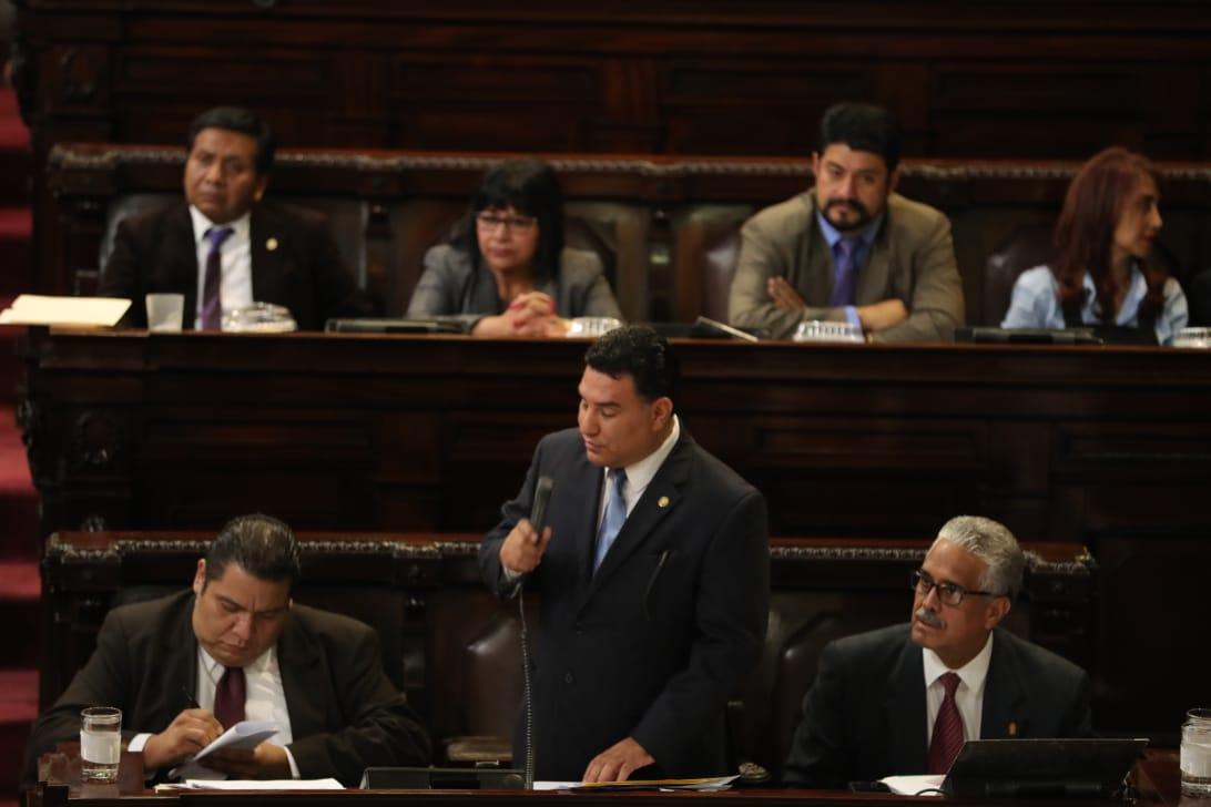 Diputados preguntaron sobre uso de helicóptero y contrataciones al ministro de Ambiente, Alfonso Alonzo. (Foto Prensa Libre: Estuardo Paredes)