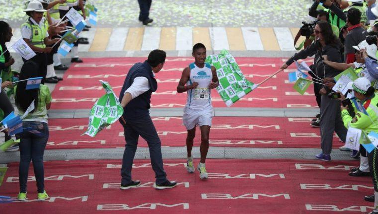 José González ingresa a la meta como el segundo mejor de los 21K de la Ciudad. (Foto Prensa Libre: Esbin García)