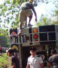 Socorristas trabajan en el rescate de personas atrapadas dentro del bus. (Foto Prensa Libre: CBV)