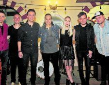 Raúl, Meme, Ricardo, Alejandro, Michelle, Pepe y Ricardo grabaron el video de Rinconcito Remix en el país. (Foto Prensa Libre: Keneth Cruz)
