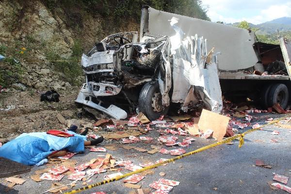 camión conducido por salvadoreño quedó destruido.