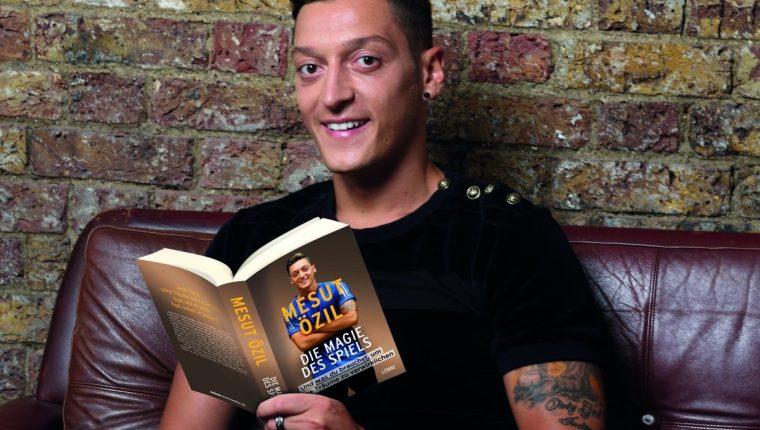 Mesut Özil presentó su autobiografía. (Foto Prensa Libre: Twitter)