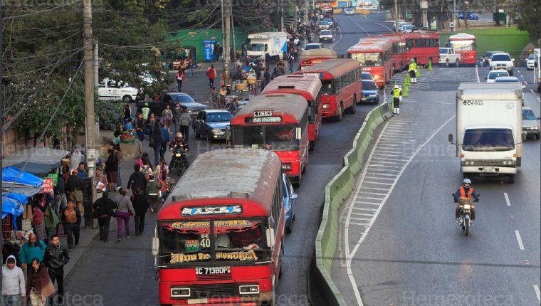 Los científicos no recomiendan que el Ejecutivo reactive el transporte público. (Foto Prensa Libre: HemerotecaPL)