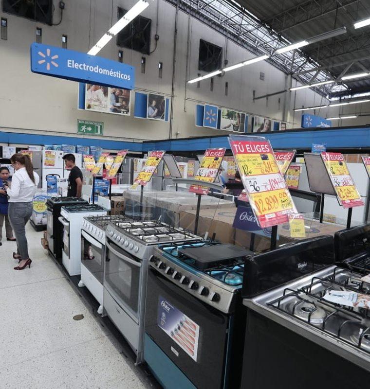 Según estudios de Walmart entre los productos que más buscan los clientes durante el Día Más Barato del Año son estufas, microondas, refrigeradoras, entre otros. (Foto Prensa Libre: Juan Diego González)