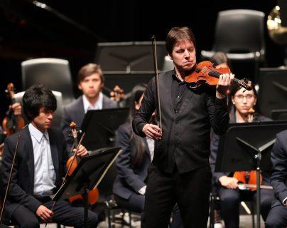 El estadounidense Joshua Bell, considerado el mejor violinista del mundo, se presentó en Guatemala este sábado. (Foto Prensa Libre: Keneth Cruz).