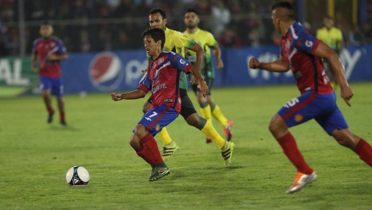 Édgar Macal corre tras el balón ante la marca de los jugadores de Guastatoya. (Foto Prensa Libre: Francisco Sánchez)