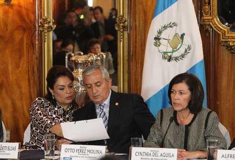 La ministra de Educación explica los cambios al magisterio, mientras la vicepresidenta Roxana Baldetti habla con el gobernante Otto Pérez Molina.