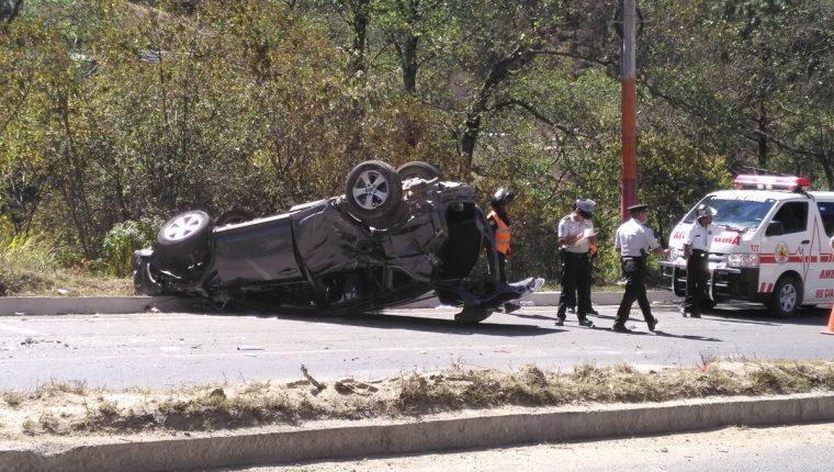 El vehículo en el que viajaba el viceministro volcó sobre el asfalto. (Foto Prensa Libre: Ángel Julajuj)
