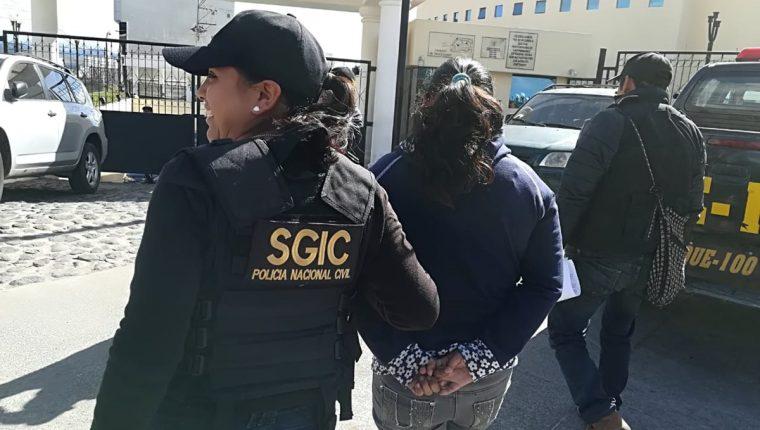 Momentos del traslado de la maestra Mariana Villagrán Rosales al Centro Regional de Justicia. (Foto colaboración: PNC)