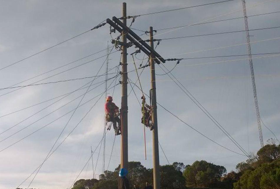 Trabajadores de Energuate corte el suministro de energía eléctrica en Tacaná. (Foto Prensa Libre: Whitmer Barrera)