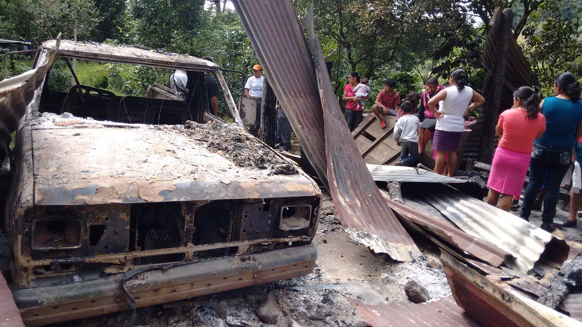 Vecinos observan los restos de la vivienda y el vehículo que fueron quemados en Pueblo Nuevo Viñas, Santa Rosa. (Foto Prensa Libre: Oswaldo Cardona)