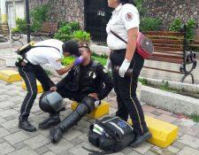 Un policía de la PNC es atendido luego del enfrentamiento. (Foto Prensa Libre: Rolando Miranda)