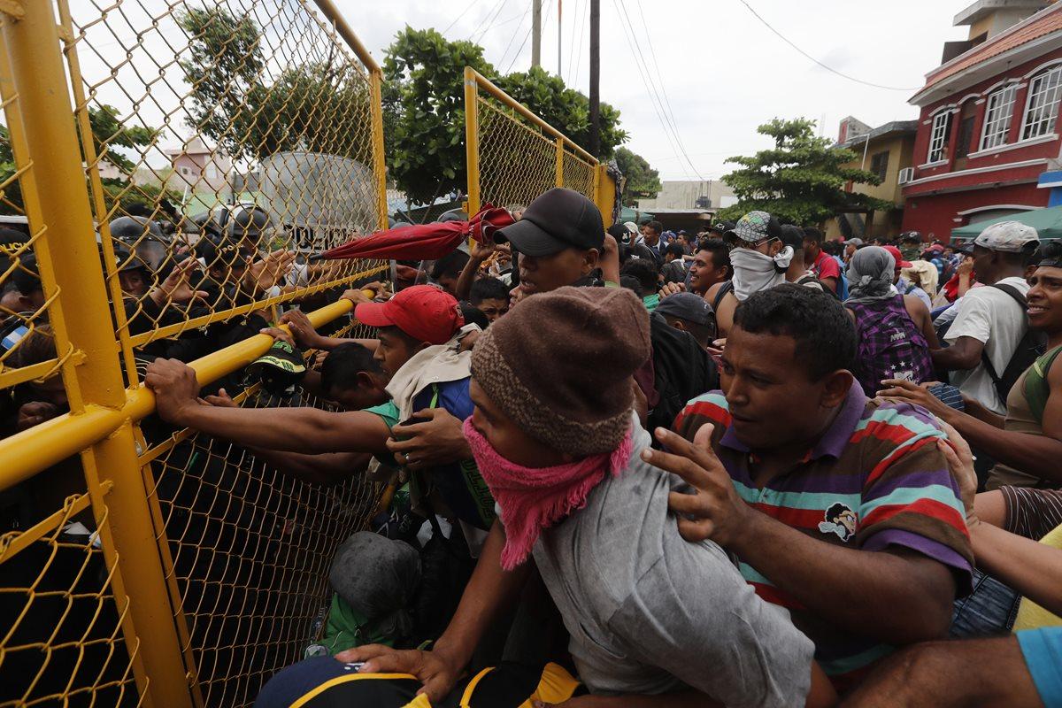 Las personas pedían que se abriera el portón para llegar a la frontera con México, pero la PNC impedía tal situación.