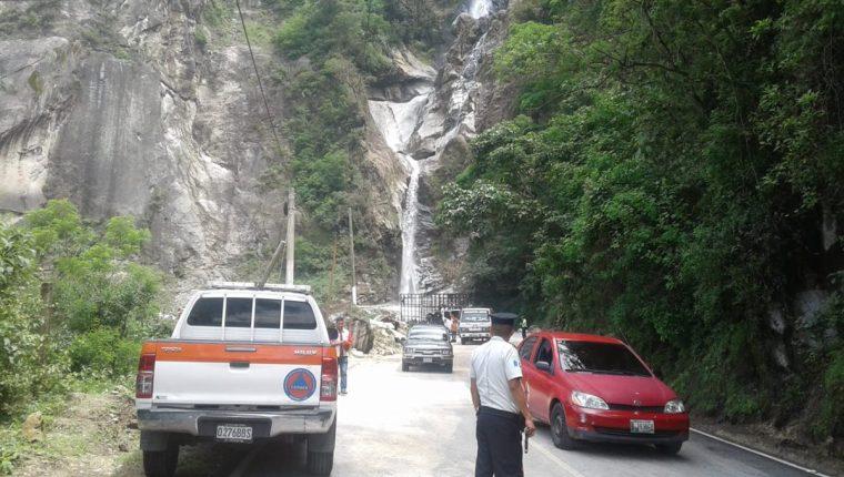 El paso vehicular por la ruta entre Sololá y Panajachel fue habilitado, luego de un derrumbe que se registró en el km 144. (Foto Prensa Libre: Cortesía)