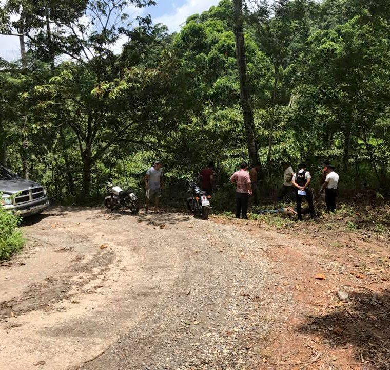 Los cuerpos de dos hombres fueron localizados en la aldea Cimarrón, en Morales, Izabal. (Foto Prensa Libre: Dony Stewart).