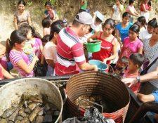 Vecinos de la comunidad Guacal Majada reciben tamales que entregó la comuna de Zacapa. (Foto Prensa Libre: Víctor Gómez)