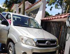 El picop en el que viajaban Luis Alberto García Lemus y su hija Escarlet García tiene múltiples perforaciones de bala. (Foto Prensa Libre: Dony Stewart)