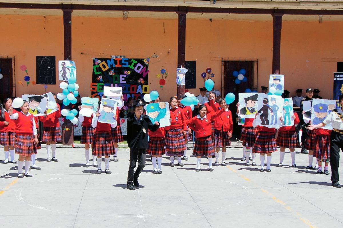 Grupo de estudiantes que fue capacitado en la Escuela Miguel García Granados de Totonicapán. (Foto Prensa Libre: Édgar Domínguez)