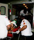 Jugador herido es trasladado hacia un hospital de Retalhuleu. (Foto Prensa Libre: Rolando Miranda).