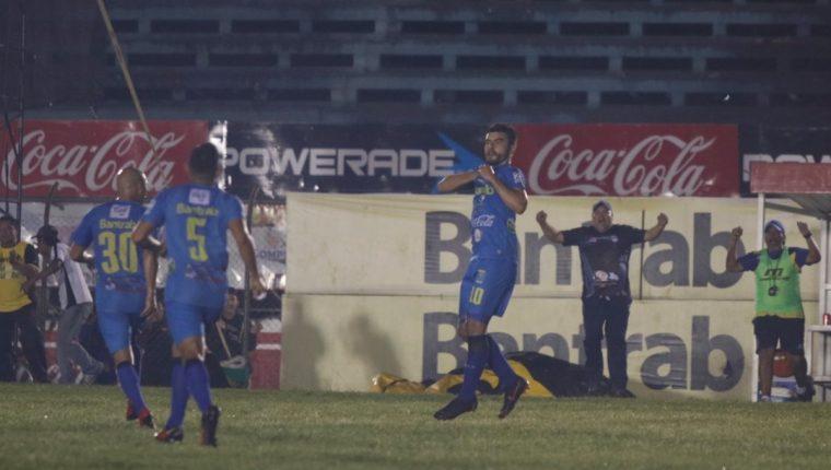 Maximiliano Lombardi celebra después de anotar el primer gol de Cobán Imperial. (Foto Prensa Libre: Eduardo Sam)