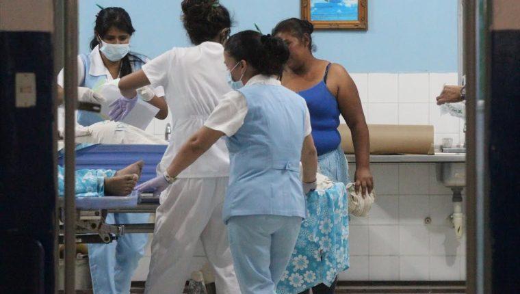 La madre de Kenderly (de azul), en la emergencia del hospital de Jalapa con su hija. (Foto Prensa Libre: Hugo Oliva)