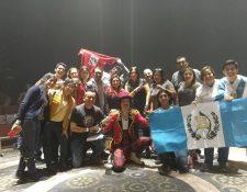 Connacionales disfrutan del preámbulo de los esperados conciertos de Ricardo Arjona en el Teatro Morelos, Toluca, México. (Fotos Prensa Libre: Keneth Cruz).