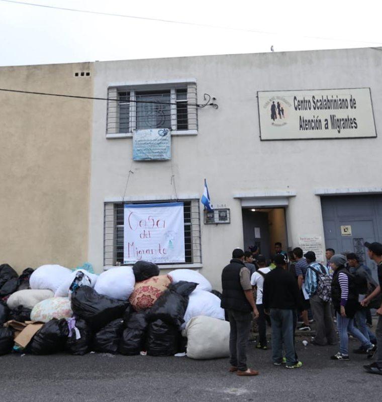 Este jueves, cientos de hondureños pasaron la noche en la Casa del Migrante, en la zona 1 de la capital, desde donde emprendieron una nueva etapa en su travesía hacia EE. UU. (Foto Prensa Libre: Óscar Rivas)