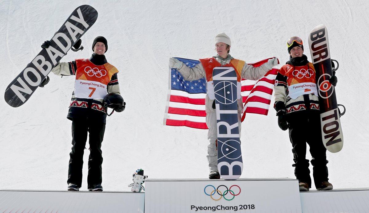 Max Parrot, Redmond Gerard y Mark McMorris en el podio de los Juegos Olímpicos de PyeongChang 2018.(Foto Prensa Libre: EFE)