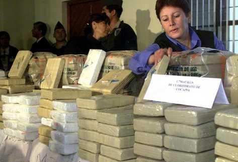 Autoridades revisan paquetes de cocaína incautada. (Foto Prensa Libre: Archivo)