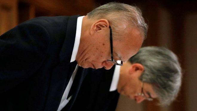 Tetsuo Yukioka, director de la universidad (izquierda), y Keisuke Miyazawa, vicepresidente de la institución ofrecieron disculpas. (Reuters)
