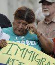 Hispanos participan en una vigilia en memoria de los inmigrantes fallecidos. (Foto Prensa Libre: AP)