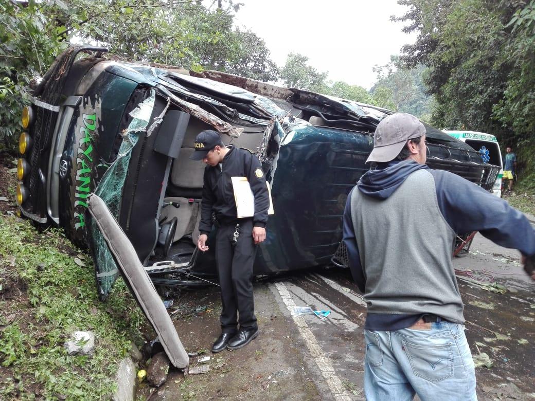El bus volcó en la carretera entre Colomba y Quetzaltenango. (Foto Prensa Libre: Cruz Roja Guatemalteca)