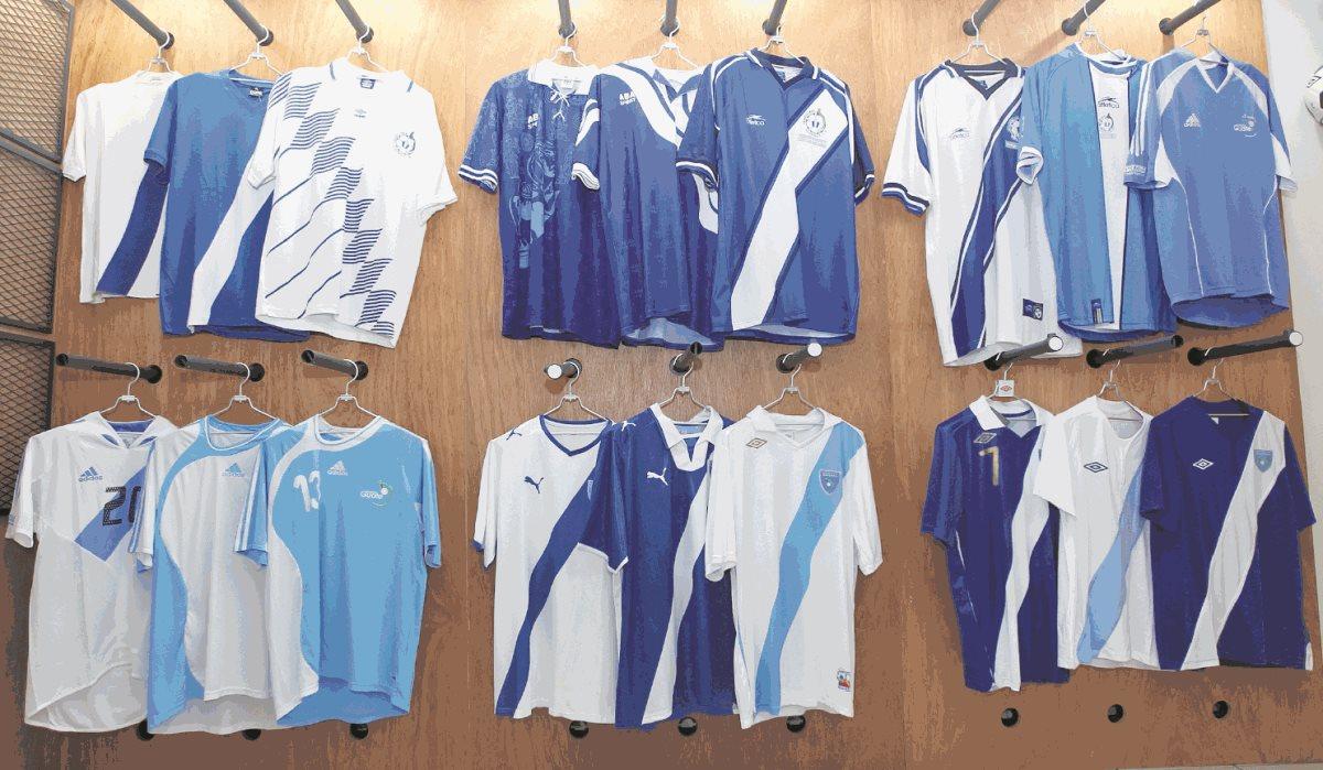 La camisola de la Selección Nacional de Guatemala ha tenido diferentes transformaciones pero siempre permanecen los colores azul y blanco. (Foto Prensa Libre: Fernando López)