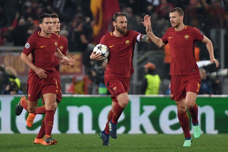 Daniele De Rossi festeja el segundo gol con sus compañeros de equipo. (Foto Prensa Libre: AFP)