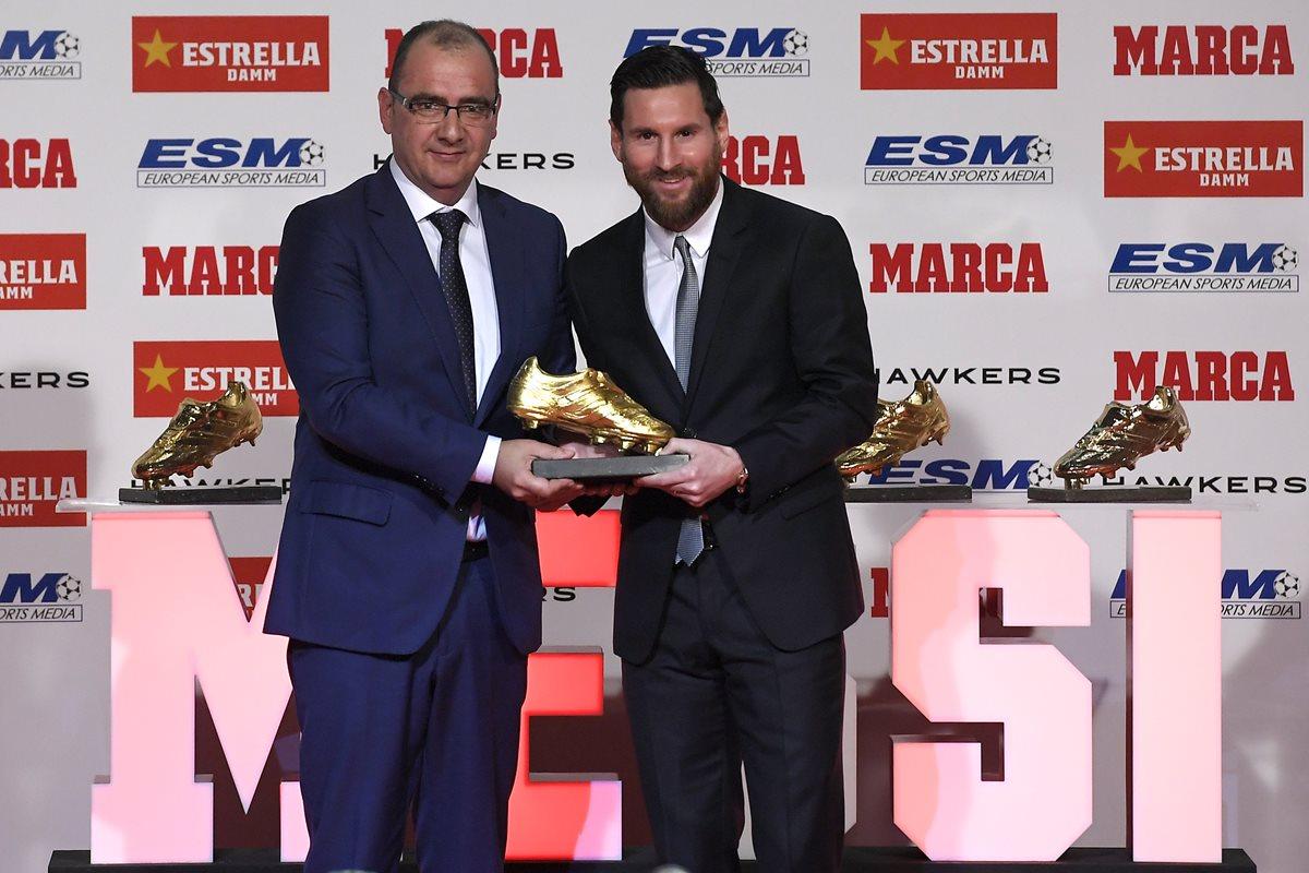 Juan Ignacio Gallardo, director del diario deportivo Marca, entregó la bota de oro a Lionel Messi. (Foto Prensa Libre: AFP)