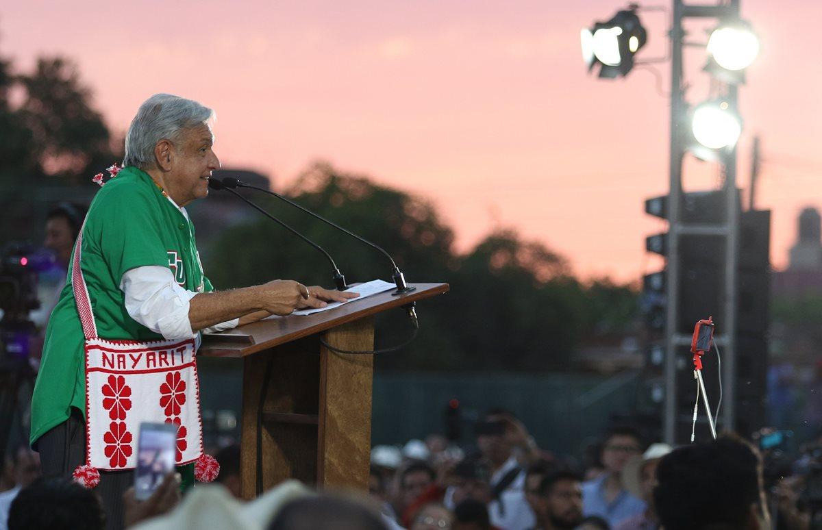 El presidente de México, Andrés Manuel López Obrador, durante su visita a damnificados en el municipio de Tuxpan, en el estado de Nayarit. (Foto Prensa Libre: EFE)