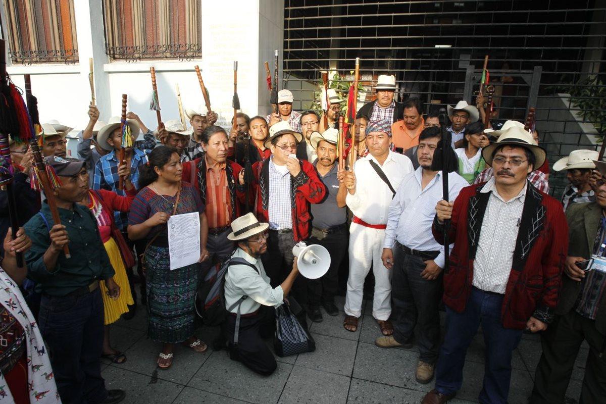 Manifestantes que se encontraban afuera de la CC cuando magistrados informaban de su decisión en conferencia de prensa. (Foto Prensa Libre: Paulo Raquec).