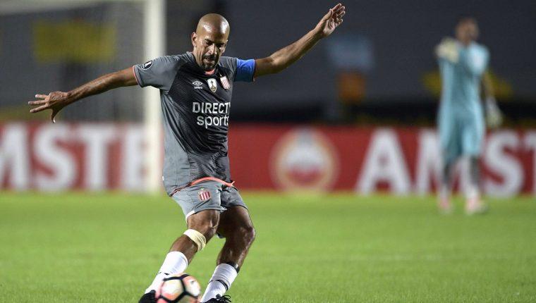 Verón demostró sus habilidades con el balón frente al Barcelona. (Foto Prensa Libre: AFP)