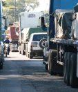 Largas filas de vehículos se formaron entre los kilómetros 139 al 149. (Foto Prensa Libre: Cristian Soto)