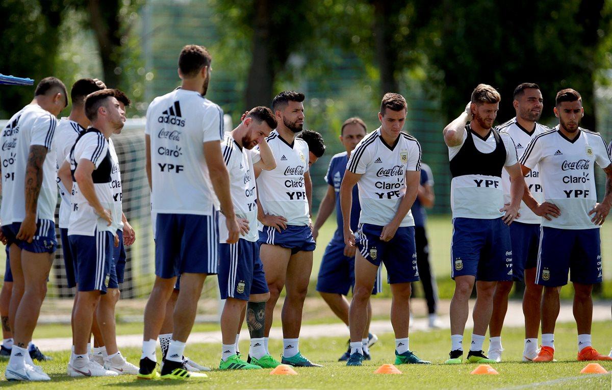 Los jugadores de la Selección de Argentina, durante el entrenamiento, previo a enfrentar a Francia. (Foto Prensa Libre: EFE)