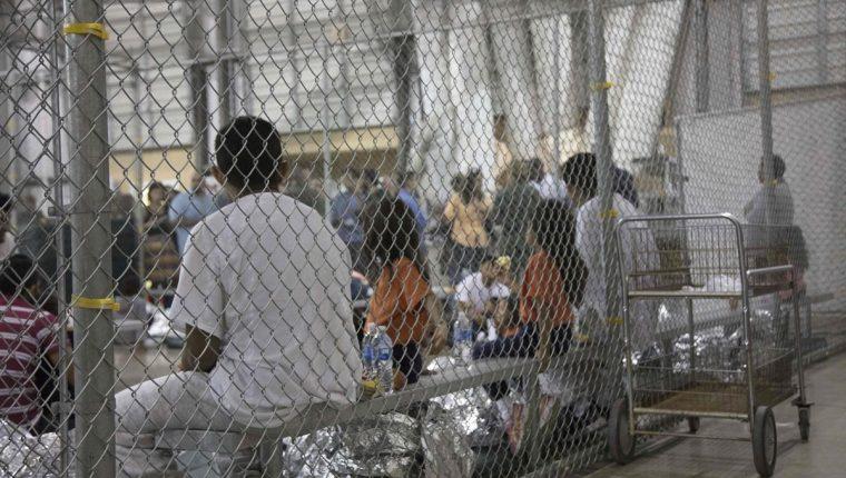 Inmigrantes detenidos en McAllen, Texas, donde se ve a varios niños. (Foto Prensa Libre: AFP)