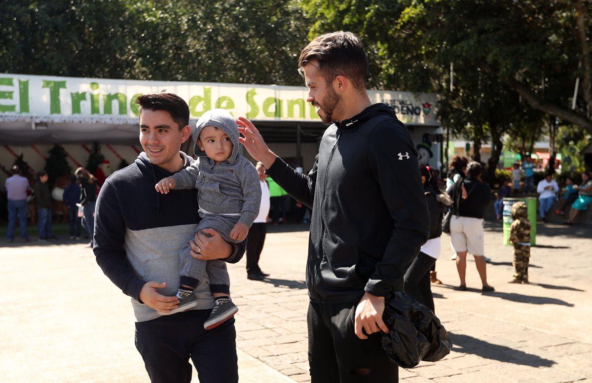 No faltaron los fanáticos que se acercaron a Saravia, para conversar. (Foto Prensa Libre: Jeniffer Gómez)