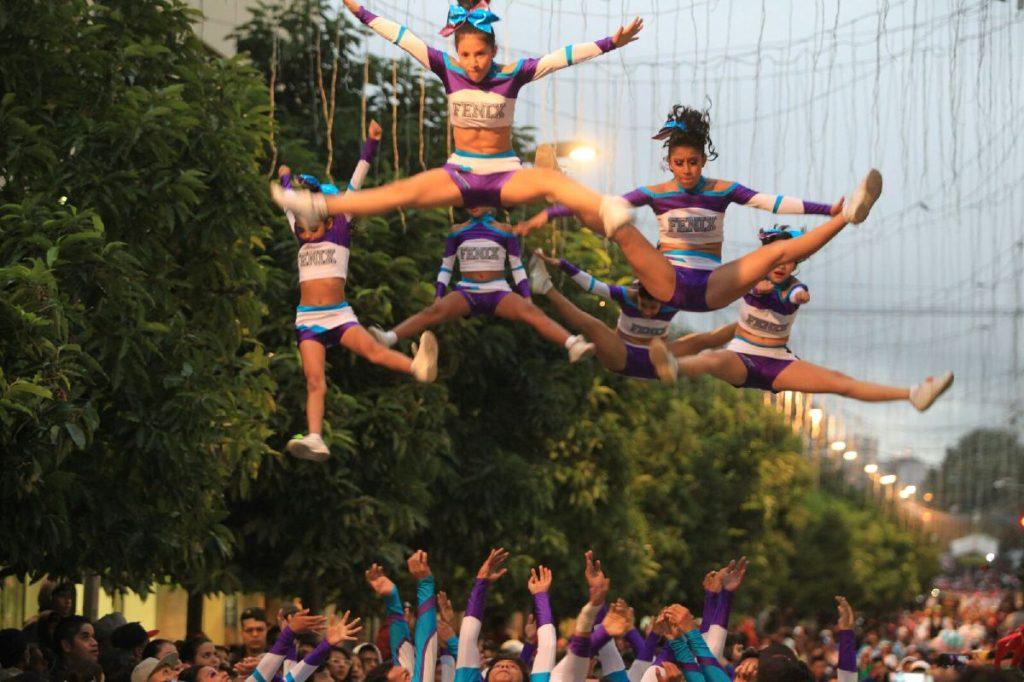 Las cheerleaders vuelan y gustan al público asistente.