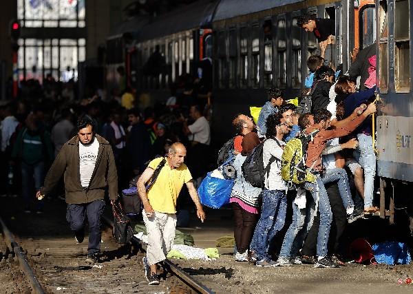 <em>Refugiados intentan abordar un tren en la estación de Budapest.(Foto Prensa Libre: AFP)</em>
