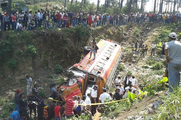 """Curiosos observan el bus de Transportes Carrillo que se accidentó en Chimaltenango. (Foto Prensa Libre: Víctor Chamalé)<br _mce_bogus=""""1""""/>"""