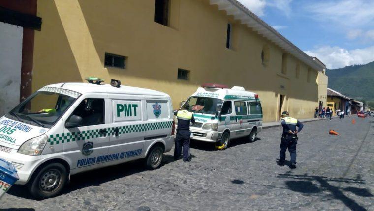 Agentes de la PMT de Antigua Guatemala colocan un cepo a una unidad de los Bomberos Municipales Departamentales. (Foto Prensa Libre: Cortesía)