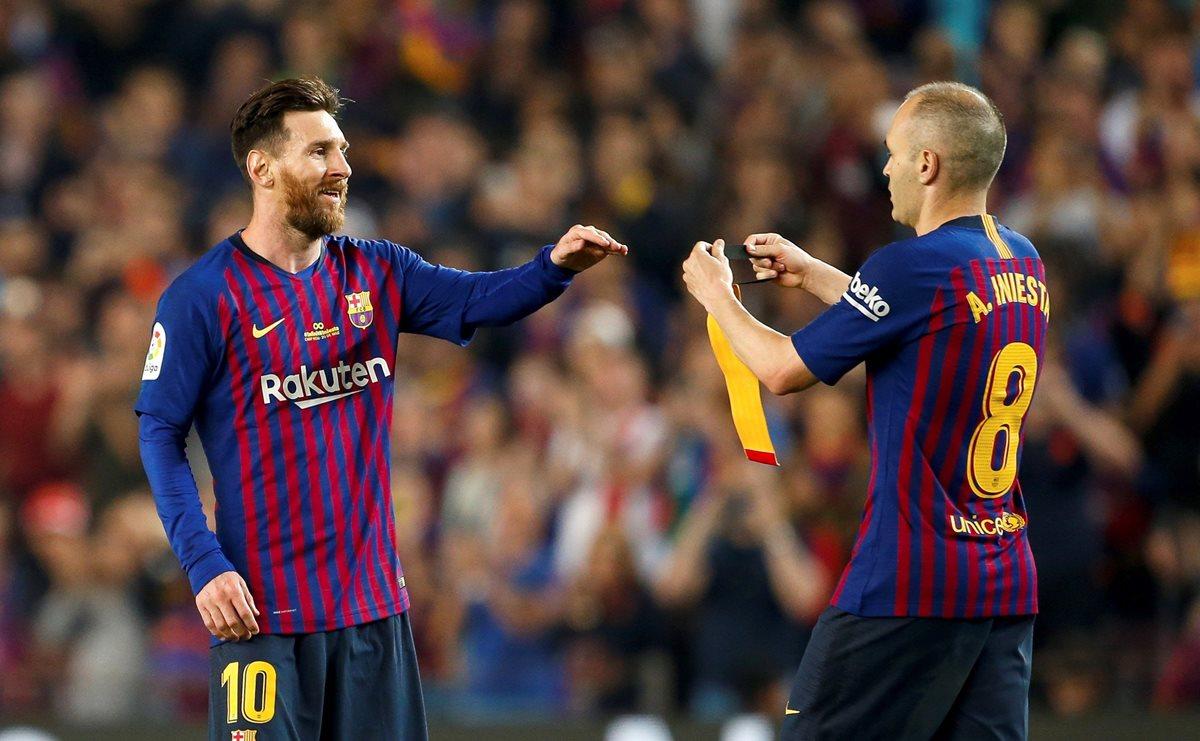 El momento en el que Messi recibe el brazalete de capitán por parte de Iniesta durante el partido contra la Real Sociedad. (Foto Prensa Libre: EFE)