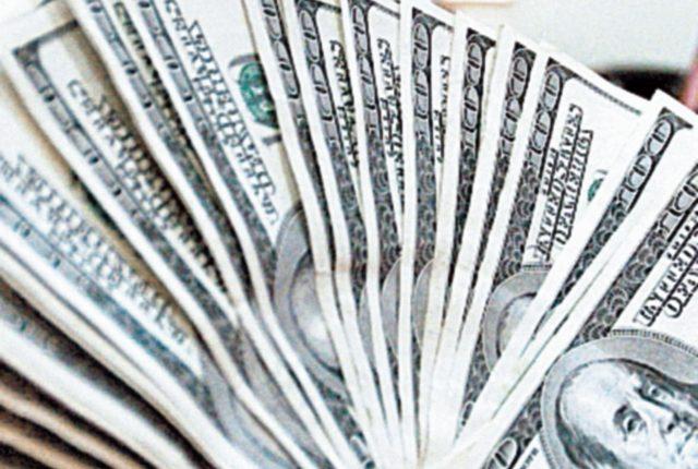 El dólar reporta una ligera baja de precio en el mercado.