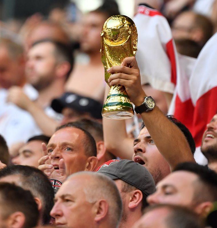 Los aficionados ingleses sueñan con poder levantar la Copa del Mundo. (Foto Prensa Libre: AFP)