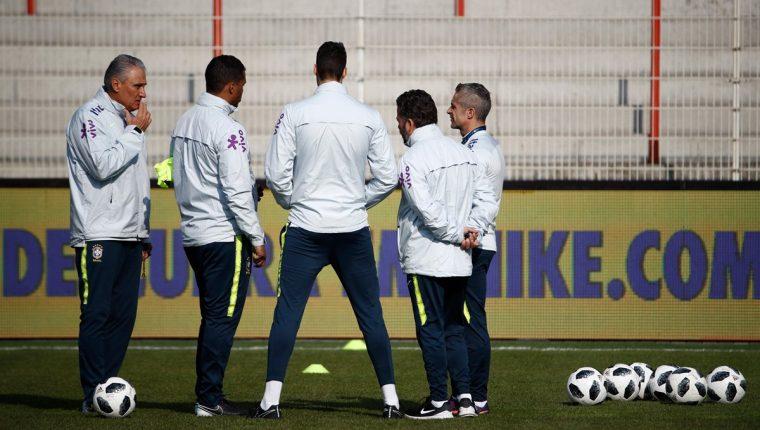 El técnico de Brasil, Tite conversa con sus jugadores previo al último entrenamiento al duelo amistoso frente a Alemania. (Foto Prensa Libre: AFP)